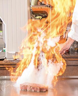 鉄板焼きで焼かれるお肉